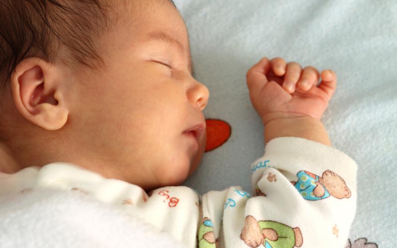 Защо бебето заспива трудно