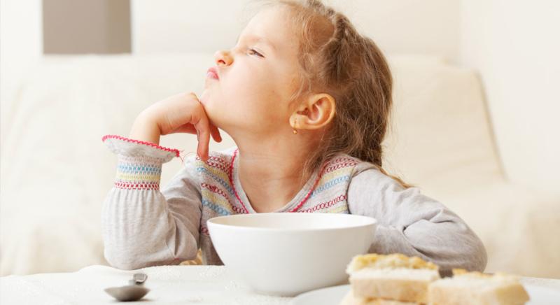 Детето се държи невъзпитано на масата