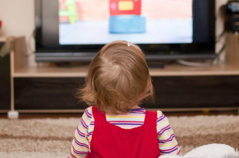 Колко време трябва да прекарват децата пред екрана