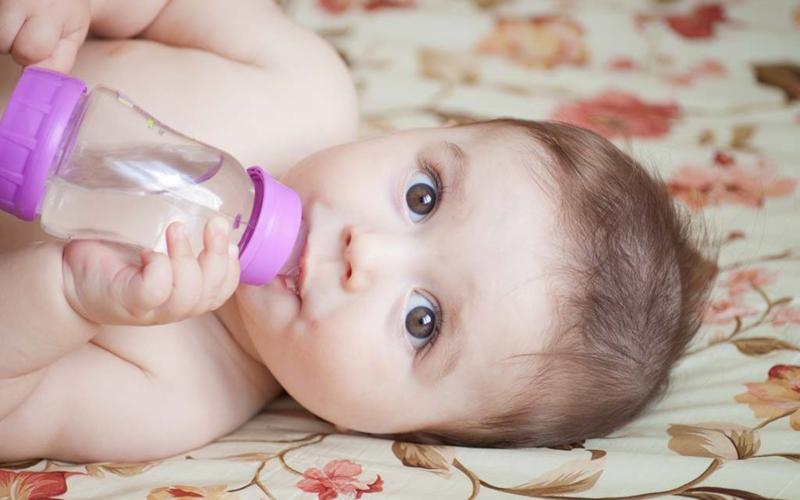 От кога да предлагаме вода на бебето?